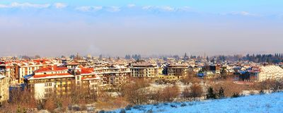 议院,雪山,早晨烟雾在班斯科,保加利亚 免版税库存照片