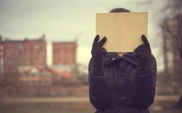 登记女孩读取 免版税库存图片