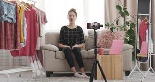 记录关于时髦成套装备的少年时尚vlogger活录影 股票视频
