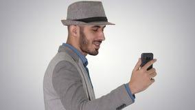 记录博克的便服的阿拉伯可爱的人录影在梯度背景 影视素材