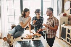 记录器和掠夺 三个朋友一起享受他们的时间,谈话和ea 免版税库存照片