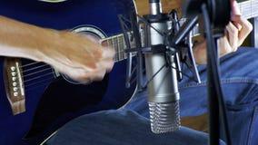 记录在话筒的音乐家声学吉他在家庭演播室 股票视频