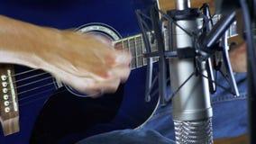 记录在话筒的音乐家声学吉他在家庭演播室 影视素材