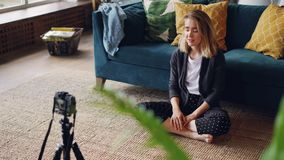 记录她的互联网vlog的录影谈和看专业照相机的情感少妇博客作者 女孩 股票视频