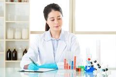 记录她的数据的亚裔女性科学家是重要的 库存照片