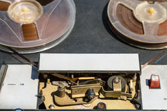 记录磁带在机械指南被插入 免版税库存照片