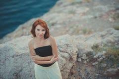 记录等候她的多岩石的海滩海角的日历红色头发女神女王/王后seamaid人海员渔夫作梦关于爱和fami 库存照片