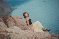 记录等候她的多岩石的海滩海角的日历红色头发女神女王/王后seamaid人海员渔夫作梦关于爱和fami 库存图片