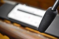 记录Guqin音乐的冷凝器microfon 免版税库存照片