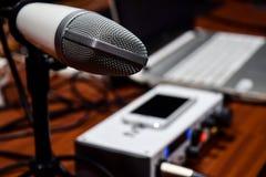 记录Mic的专业白色演播室 免版税库存图片