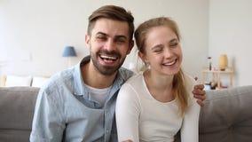 记录vlog谈的笑的愉快的夫妇vloggers看照相机 股票录像