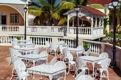 记忆手段风景,室外咖啡馆,有金属葡萄酒减速火箭的经典椅子的露台华美的邀请的看法清早 免版税图库摄影