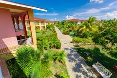 记忆Caribe手段地面、大厦和热带庭院惊人的美丽的景色有人的在背景中 免版税库存照片