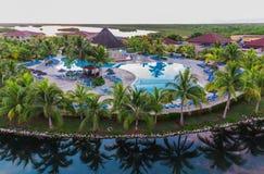 记忆Caribe手段地面、大厦和热带庭院美丽的景色清早日出时间的 免版税库存图片