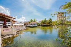 记忆Caribe手段地面、大厦和热带庭院美丽的景色  免版税库存图片