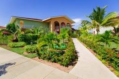 记忆Caribe手段地面、大厦和热带庭院美丽的景色  库存照片