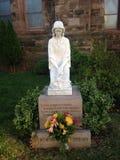 以记念在教会前面的未来的雕象 免版税图库摄影