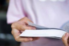 登记概念教育查出的老 读一本书的女孩在学校图书馆里  免版税库存照片