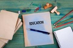 登记概念教育查出的老 在鲜绿色的背景的笔记本 办公室文具辅助部件 库存图片