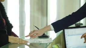 登记的少妇签署的纸在旅馆 股票视频