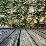 讲台由木板条做成在石墙 图库摄影