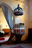 讲坛在被加强的中世纪撒克逊人的教会里在Calnic,特兰西瓦尼亚 库存图片