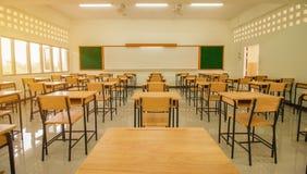 讲堂或学校空的教室有书桌和椅子铁的 免版税库存照片