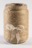 毛线有弓的被包裹的瓶子 免版税图库摄影