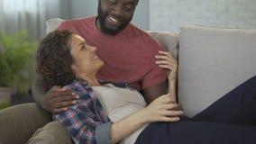 讲的配偶他的妻子滑稽可笑的故事,享受她宏亮的笑声,爱 股票视频
