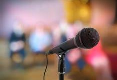 讲话或会议概念 在立场的话筒在观众前面 免版税库存图片