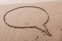 讲话或认为在一个沙滩得出的泡影 pink scallop seashell 免版税库存照片