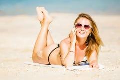 讲话的太阳镜的性感的年轻白肤金发的女孩  库存照片