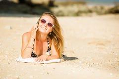 讲话的太阳镜的性感的年轻白肤金发的女孩  免版税图库摄影