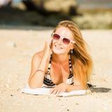 讲话的太阳镜的性感的年轻白肤金发的女孩  免版税库存图片