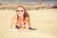 讲话的太阳镜的性感的年轻白肤金发的女孩  库存图片