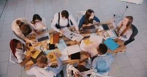 讲话顶视图年轻成功的女商人的领导,现代健康工作场所的刺激的不同种族的同事 股票视频