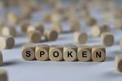 讲话-与信件的立方体,与木立方体的标志 图库摄影