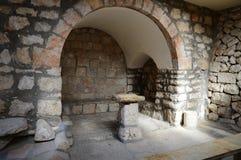 讲道的古老石椅子在教会里 免版税库存图片