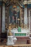 讲说术七个蜡烛的伦敦烛台与在backg的法坛 免版税库存照片
