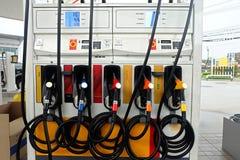 许多上油在油驻地的分配器 免版税库存图片