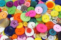 许多上色了缝合的按钮 免版税库存图片