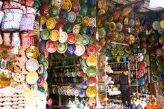 许多上色了黏土碗筷手绘画待售 免版税库存照片
