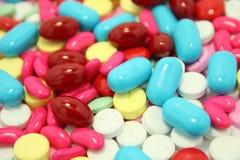 许多上色药片 免版税库存照片