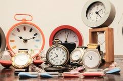 许多不同的时钟 库存照片