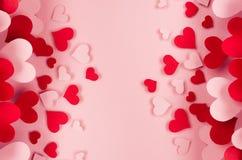 许多不同的纸心脏情人节背景在桃红色软的背景的 复制空间 库存照片