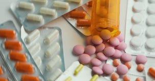 许多不同的转动的药片特写镜头  包装片剂和药片在桌上 医学 影视素材