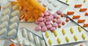 许多不同的转动的药片特写镜头  包装片剂和药片在桌上 医学 股票录像