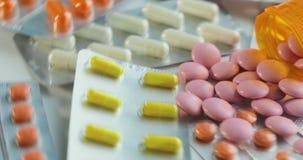 许多不同的转动的药片特写镜头  包装片剂和药片在桌上 医学 股票视频