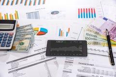 许多与机动性、美元和欧元票据,计算器的企业图表 免版税库存照片
