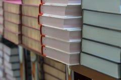许多书、课本或者小说在说谎在架子的行在图书馆里或在现代都市书店 自学 免版税图库摄影